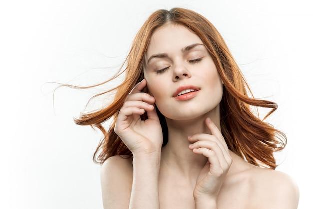 Retrato da beleza de uma mulher com uma pele perfeita. conceito de cuidados com a pele