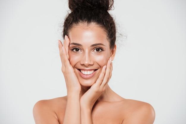 Retrato da beleza de uma mulher feliz sorridente