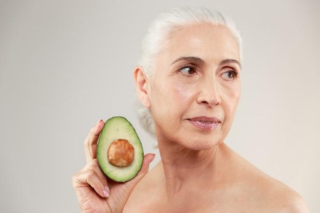 Retrato da beleza de uma mulher idosa seminua atraente