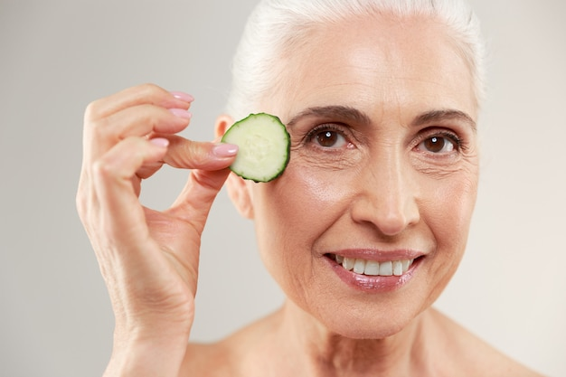 Retrato da beleza de uma mulher idosa seminua sorridente