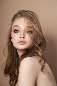Retrato da beleza de uma mulher loira sexy com grandes olhos azuis, cosméticos naturais, limpar a pele delicada do rosto da garota