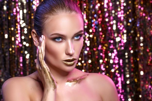 Retrato da beleza de uma mulher modelo de alta moda em cores brilhantes Foto Premium