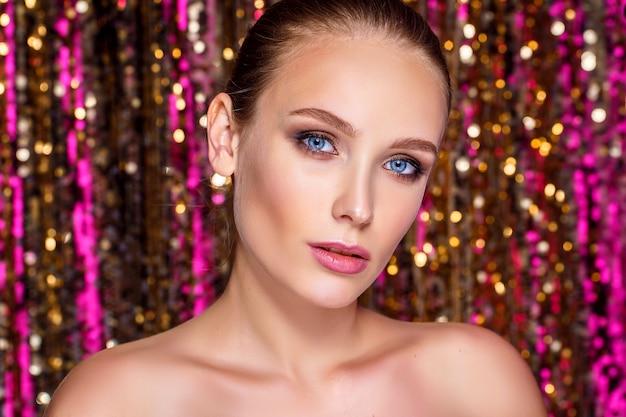 Retrato da beleza de uma mulher modelo de alta moda em cores brilhantes