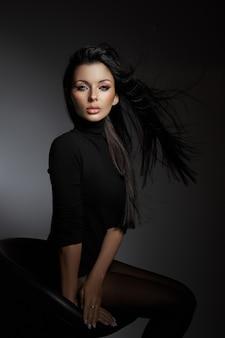 Retrato da beleza de uma mulher morena com cabelos ao vento. maquiagem profissional, rosto perfeito de mulher sexy
