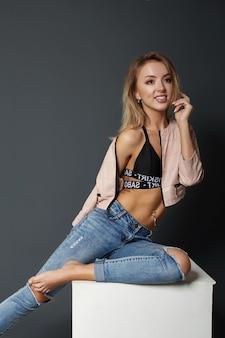 Retrato da beleza de uma mulher sexy, corpo perfeito, corpo esguio de uma garota. bela maquiagem para o rosto, cosméticos naturais