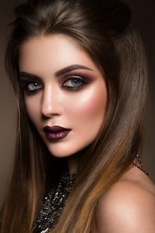 Retrato da beleza do modelo com maquiagem natural