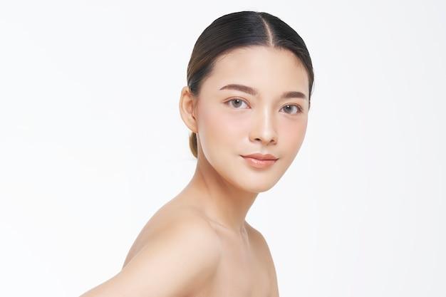 Retrato da beleza do rosto feminino com pele natural.