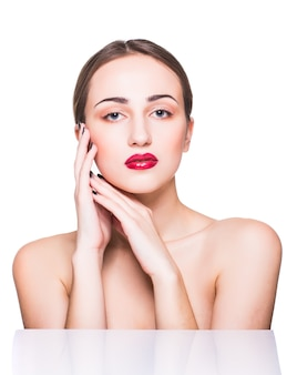 Retrato da beleza. mulher bonita spa tocando seu rosto. pele perfeita e fresca. pure beauty model girl.