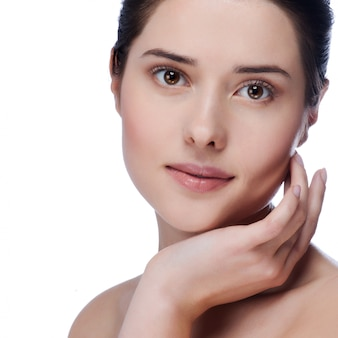 Retrato da beleza. mulher bonita spa tocando seu rosto