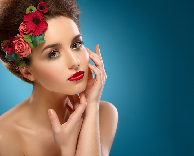 Retrato da beleza, mulher bonita, tocando seu rosto.