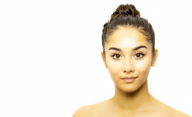 Retrato da cara da jovem mulher da raça misturada isolado no fundo branco.