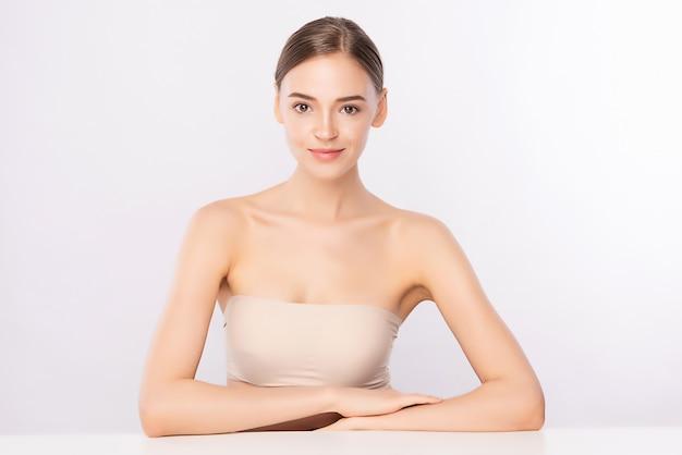 Retrato da cara da mulher da beleza, jovem mulher bonita com pele saudável fresca limpa, tratamento facial. cosmetologia, beleza e spa, isolados.