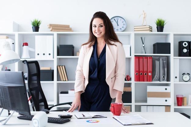 Retrato da cintura de uma jovem garota em um escritório brilhante.