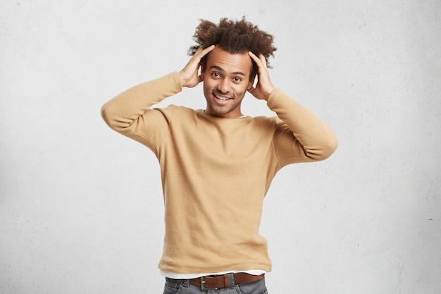 Retrato da cintura para cima de um estudante moderno indo para a faculdade ou universidade,