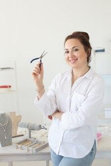 Retrato da designer de joias feminina conceito de hobby e trabalho agradável