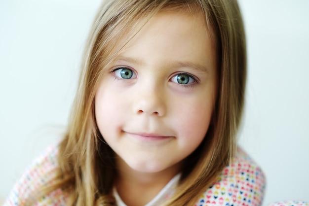 Retrato da doce menina sorridente
