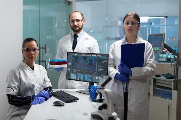 Retrato da equipe de cientista médico trabalhando no laboratório de microbiologia de um hospital