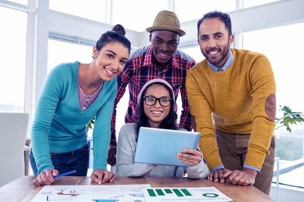 Retrato da equipe de negócios confiante alegre no escritório criativo