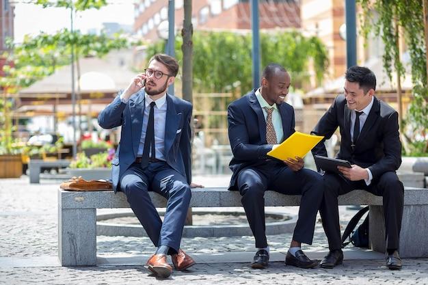 Retrato da equipe de negócios étnicos multi