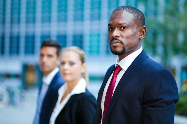 Retrato da equipe de negócios multirracial