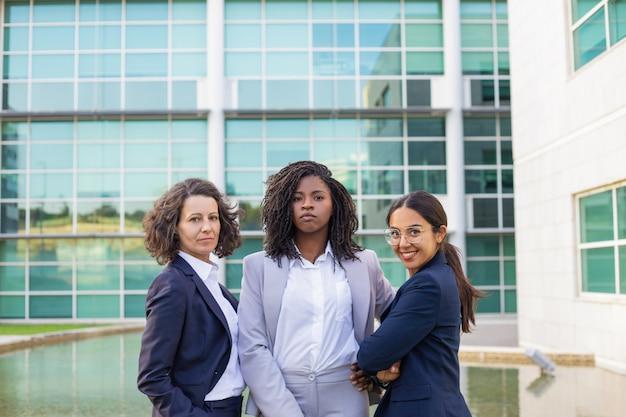 Retrato da equipe de três mulheres de negócios bem sucedidos