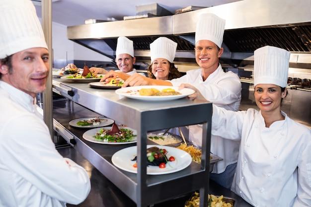 Retrato da equipe do chef sorrindo