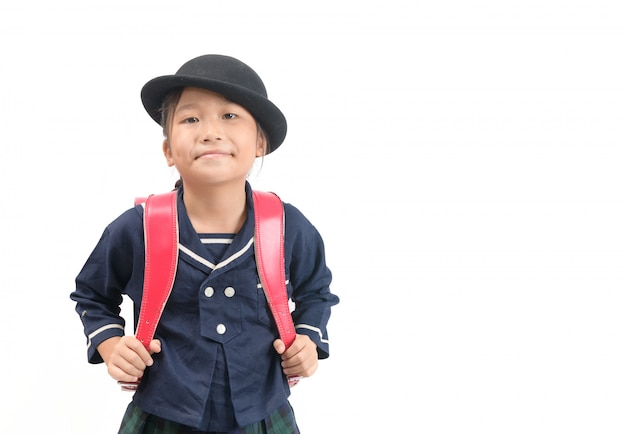Retrato da estudante asiática bonito com a mochila isolada no branco
