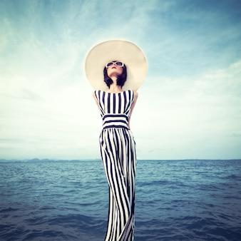 Retrato da garota sensual à beira-mar