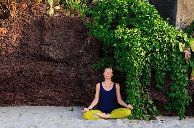 Retrato da ioga praticando da jovem mulher da felicidade no ar livre. ioga e relaxe o conceito. linda garota prática asana.