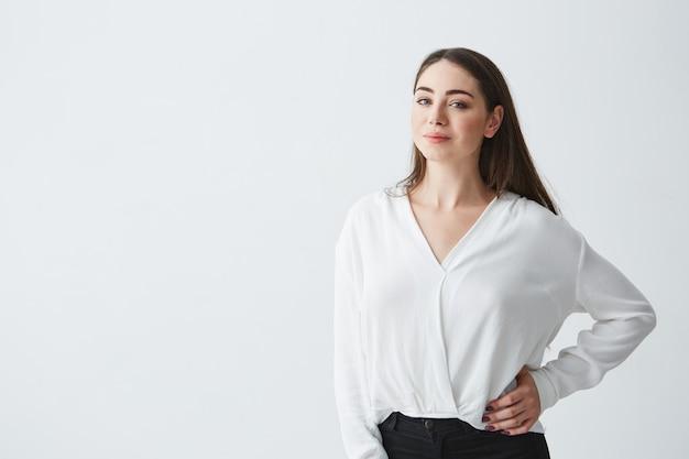 Retrato da jovem empresária morena linda sorrindo posando.