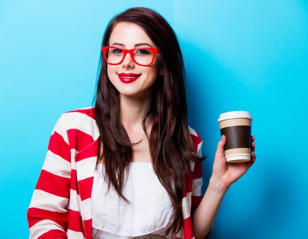 Retrato da jovem mulher com café