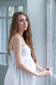 Retrato da jovem mulher grávida