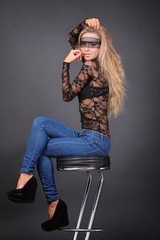 Retrato da jovem mulher sexual em estúdio