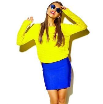 Retrato da linda feliz sorridente mulher morena menina bonita em roupas de verão colorido hipster casual amarelo com lábios vermelhos isolados no branco