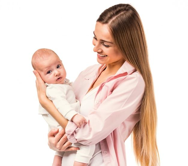 Retrato da mãe feliz e do bebê em casa.