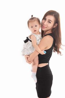 Retrato da mãe segurando a filha nos braços em branco