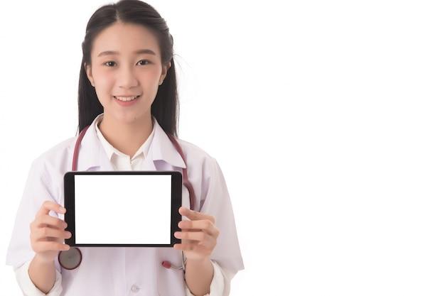 Retrato da mão asiática do médico da mulher que mantém e que mostra a tabuleta digital da tela em branco isolada; conceito de cuidados de saúde.
