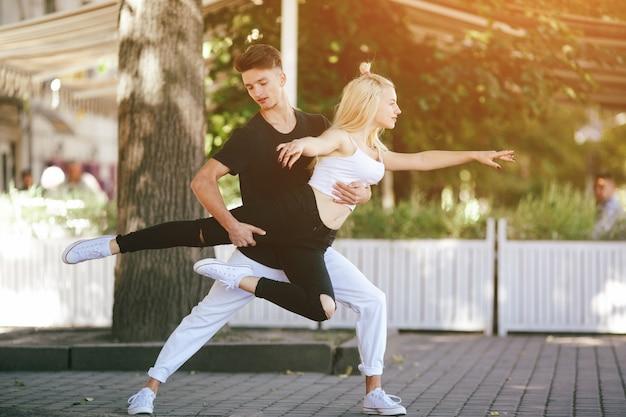 Retrato da menina adolescente de dança de pé