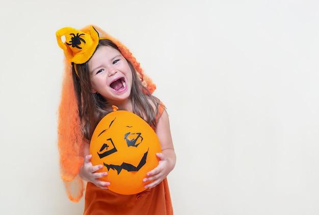 Retrato da menina criança com fantasia de halloween, a noiva bruxa
