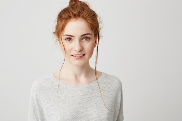 Retrato da menina de gengibre concurso linda sorrindo posando.