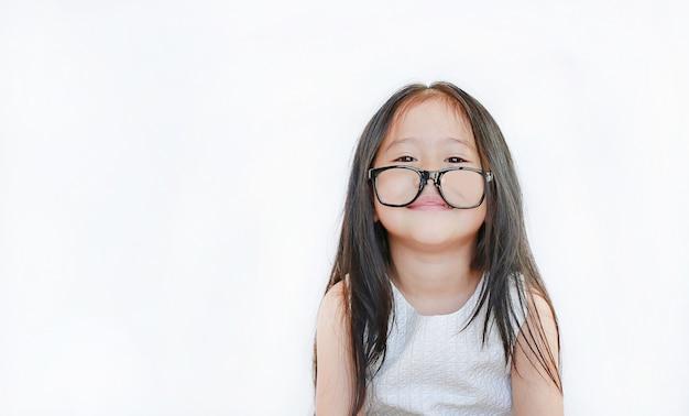 Retrato da menina feliz com vidros no fundo branco.