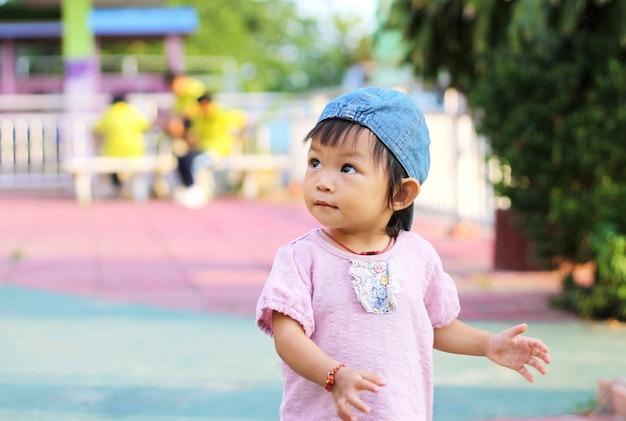 Retrato da menina feliz da criança do bebê asiático.