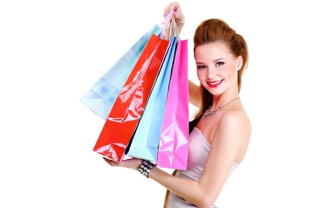 Retrato da menina feliz muito elegante com compras após compras. sobre
