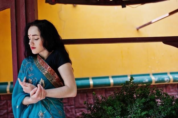 Retrato da menina indiana bonita do brumette ou do modelo hindu da mulher. traje indiano tradicional lehenga choli.