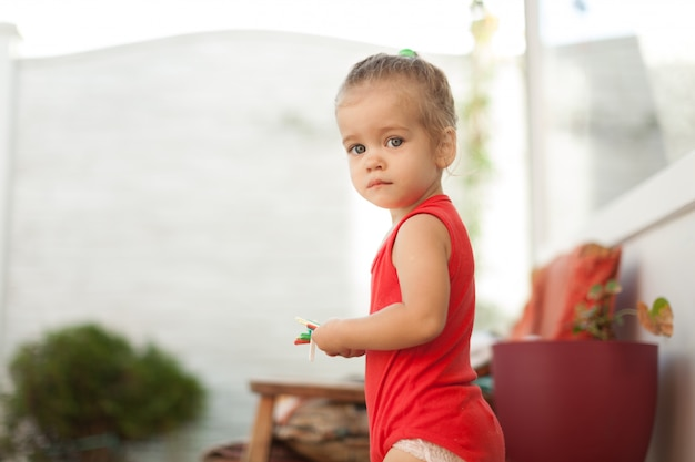 Retrato da menina loura com olhos azuis no parque. criança, menina bebê, cima, sorrizo