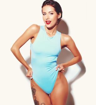 Retrato da menina má bonita mulher morena sexy quente em lingerie de corpo casual verão azul sobre fundo branco
