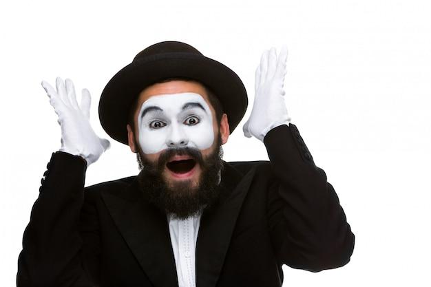 Retrato da mímica surpresa e alegre com a boca aberta