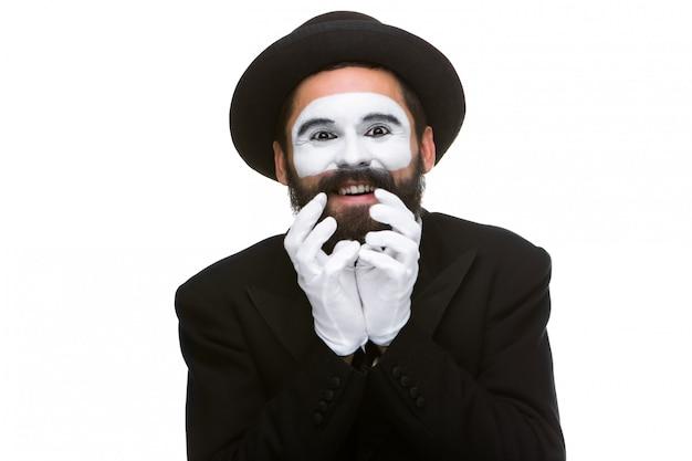 Retrato da mímica surpresa e alegre