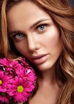 Retrato da moda beleza de modelo jovem loira com maquiagem natural e pele perfeita com brilhante сrimson crisântemo posando de flor