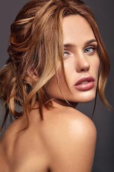 Retrato da moda beleza do modelo jovem loira com maquiagem natural e pele perfeita posando